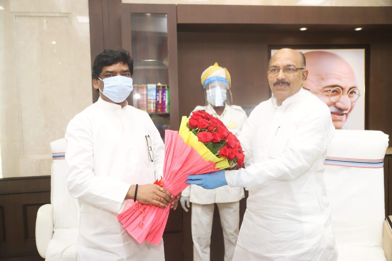 <p>विधानसभा अध्यक्ष श्री रबीन्द्रनाथ महतो से विधानसभा स्थित उनके कक्ष में मुख्यमंत्री श्री हेमन्त सोरेन ने मुलाकात की।</p>