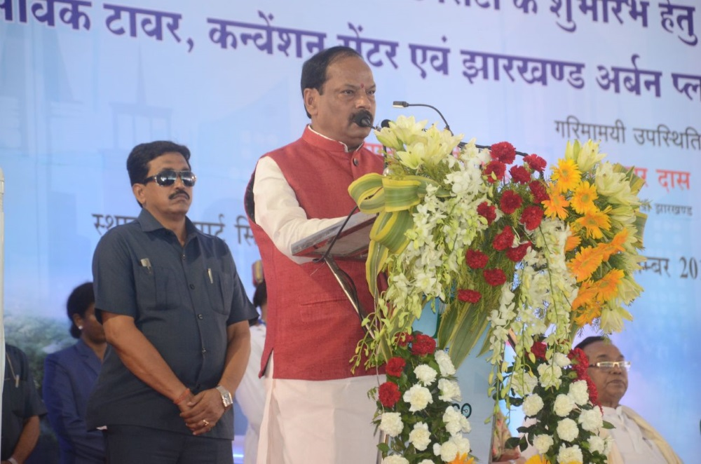 <p>Jharkhand Chief Minister Raghubar Das addressing the gathering on the occasion of foundation stone laying ceremony for Smart City to be set up in Dhruwa, Ranchi.</p>