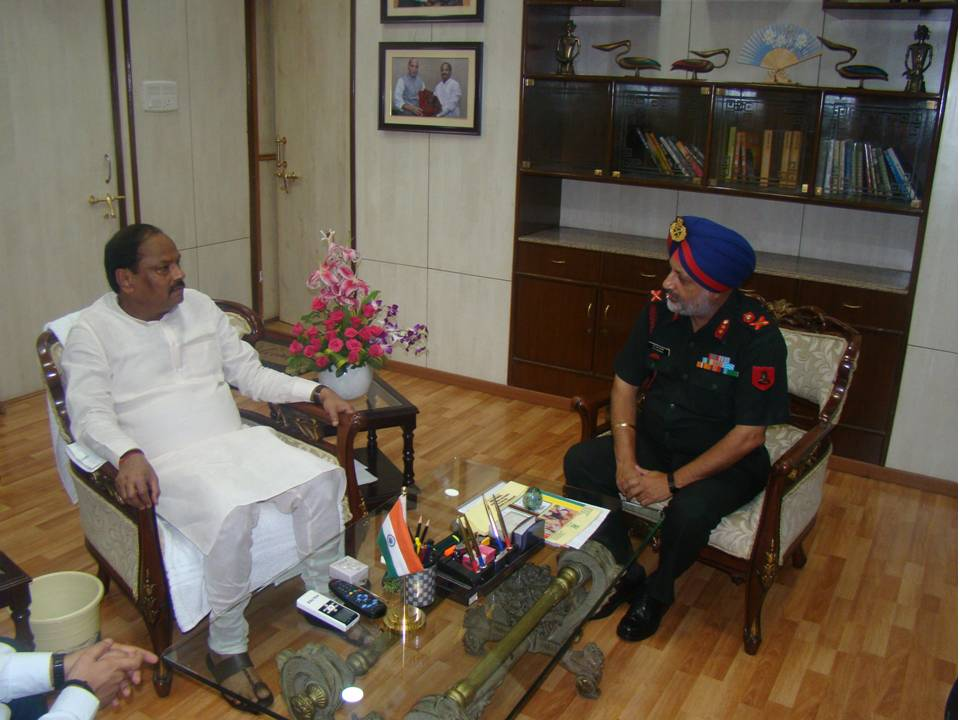 <p>Major General SS Mamak, General Officer Commanding, Jharkhand & Bihar sub area called on called on Raghubar Das, CM Jharkhand at his official residence in Kanke Ranchi on Sunday.</p>…