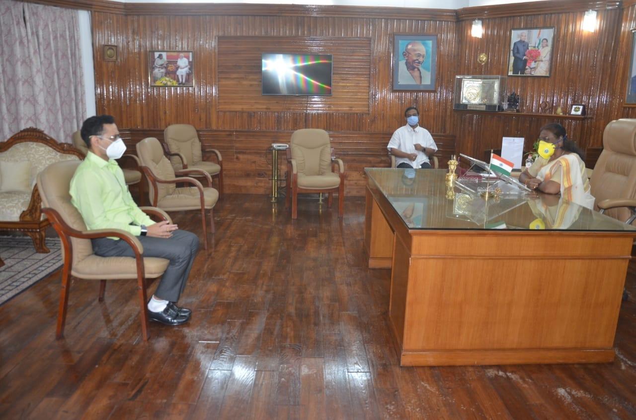 <p>माननीया राज्यपाल श्रीमती द्रौपदी मुर्मू से आज प्रधान सचिव, स्वास्थ्य विभाग डॉ. नितिन कुलकर्णी ने राज भवन आकर मुलाकात की। on dated 21/10/2020</p>