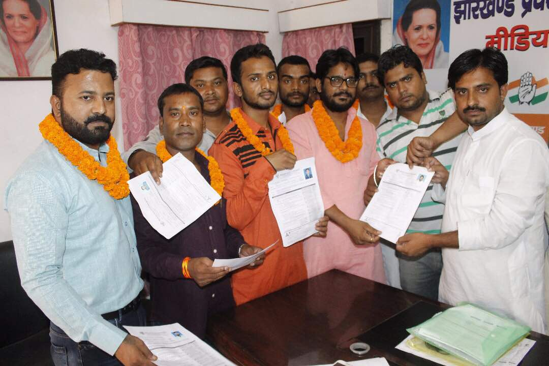 <p>Accompanied by his supporters,Rajesh Sinha alias Sunny filed nomination for the post of Jharkhand State Youth Congress in Ranchi.</p>