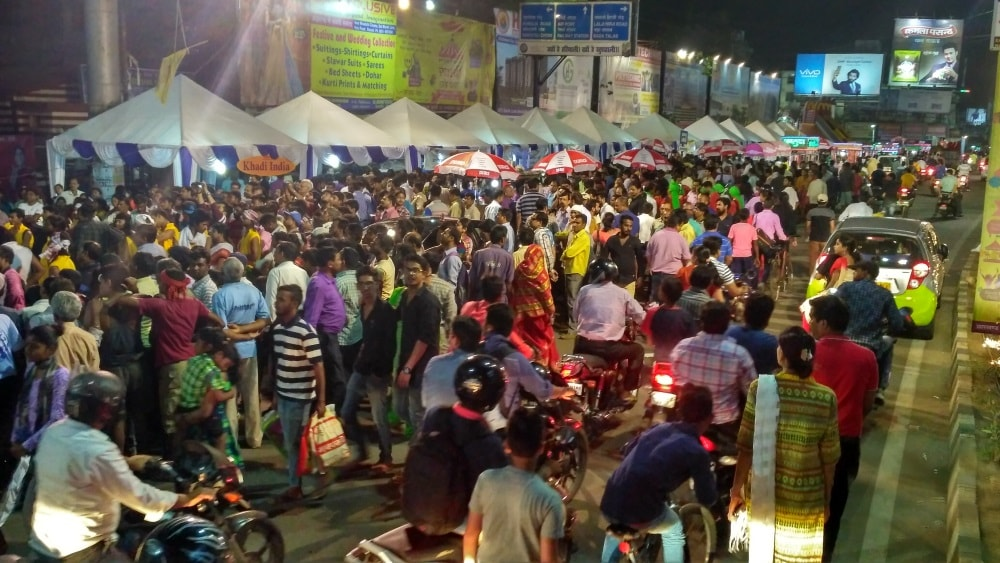 <p>Traffic was paralysed at Albert Ekka Chowk in Ranchi last night when Ratri Bazar organised by state government run Khadi Board opened between 9 pm and 12 pm.This is for the…