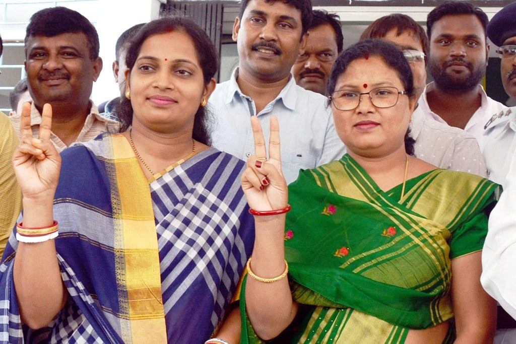 <p>Newly elected MLAs Seema Mahato (L) of Silli constituency and Babita Devi of the Gomia flash victory sign after their oath taking ceremony at Jharkhand Assembly in Ranchi on Tuesday.</p>…