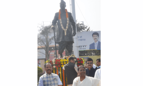 <p>Hon'ble Governor Draupadi Murmu and Chief Minister Raghubar Das today presented their respect on the occasion of the birth anniversary of Dr. Rajendra Prasad.</p>