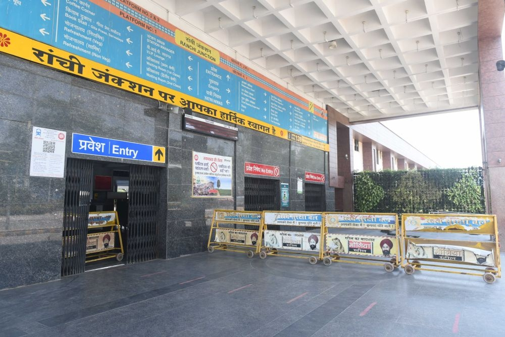 <p>A deserted view of Ranchi Railway station during the nationwide lockdown in the wake of coronavirus pandemic in Ranchi on Tuesday.</p>