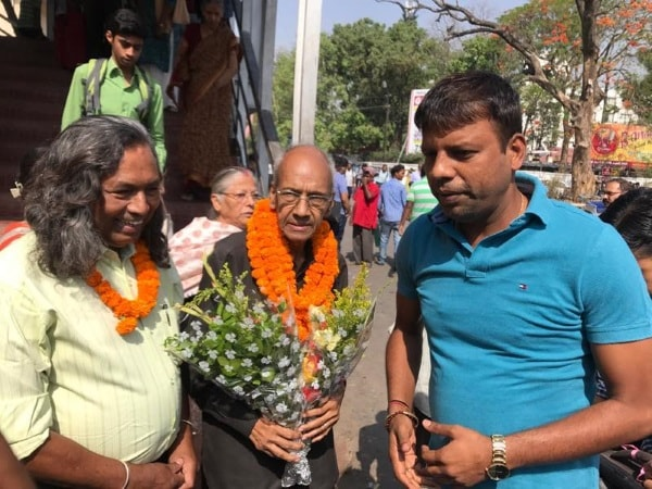 <p>Two Padamshree award recepients Balbir Dutt and Mukund Nayak were greeted and welcomed by people at Ranchi Railway station on Saturday when they arrived from New Delhi after getting…