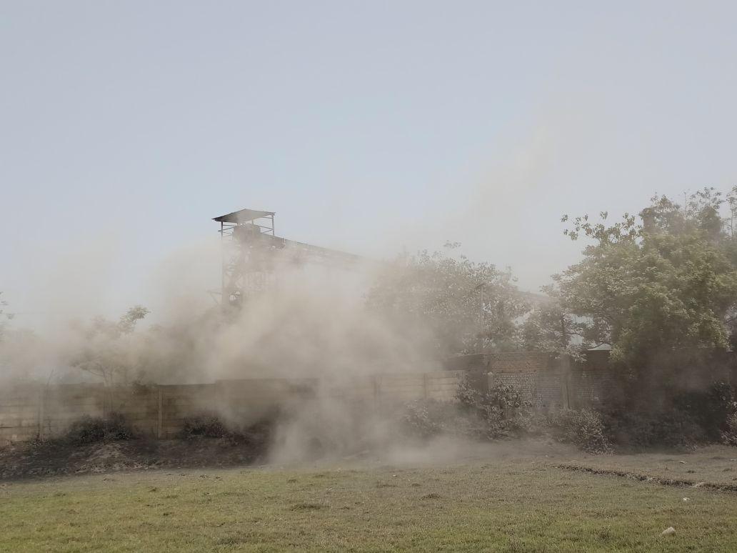 <p>जमशेदपुर - पोटका स्तिथ साह स्पंज एन्ड पॉवर लिमिटेड कंपनी के द्वारा प्रदूषण फैलाये जाने के खिलाफ ग्रामीणों ने किया घंटो हंगामा | ग्रामीणों ने कंपनी के कर्मचारी को प्रदूषण…