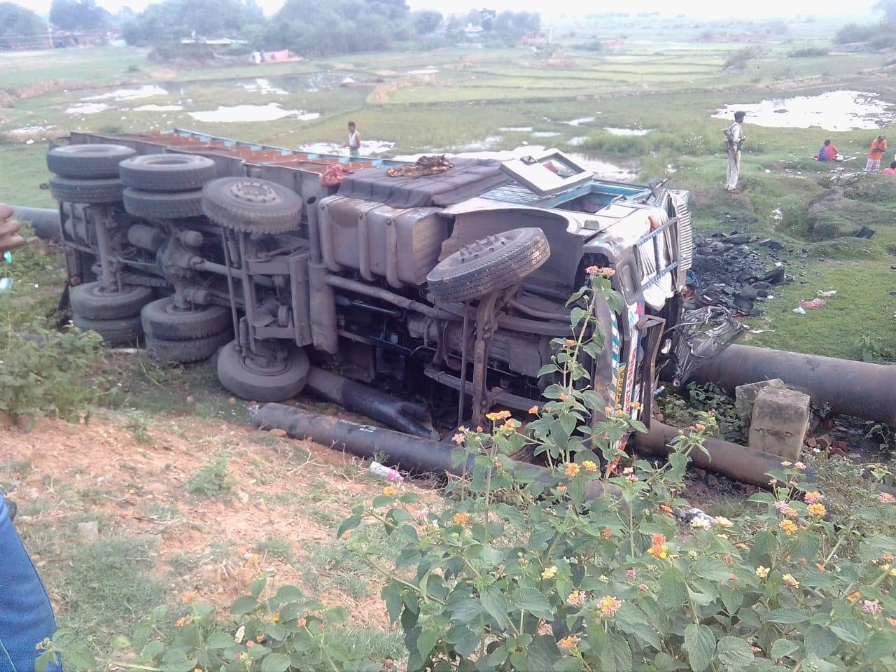 <p>जगनाथपुर योगदा कॅालेज के पुल के पास कल रात 12:30 बजे एक कोयला लदा ट्रक पलट गया। पानी सप्लाई पाइप बुरी तरह क्षतिग्रस्त।</p>