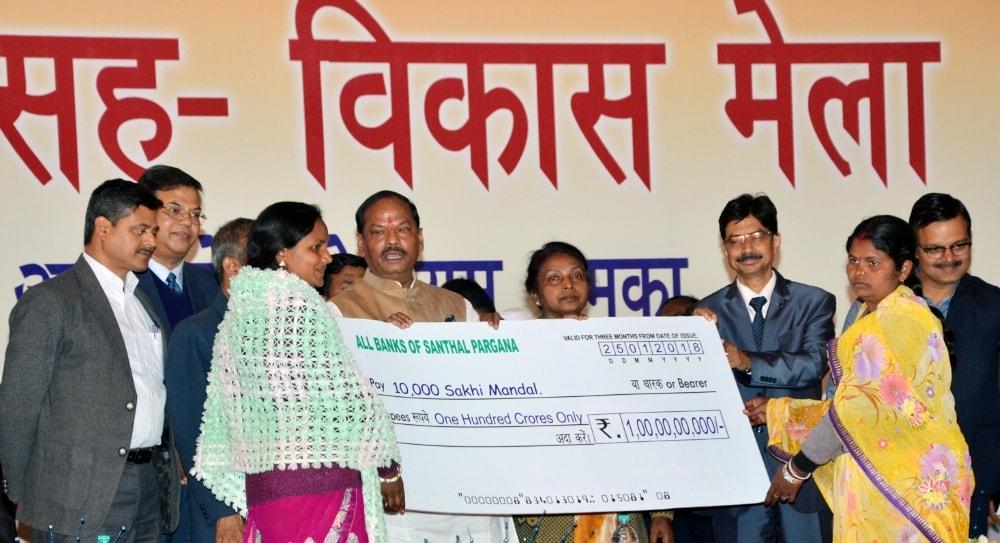 <p>मुख्यमंत्री रघुवर दास ने आज दुमका के आउट डोर स्टेडियम में मेगा ऋण षिविर-सह- विकास मेले का किया उद्घाटन |</p>