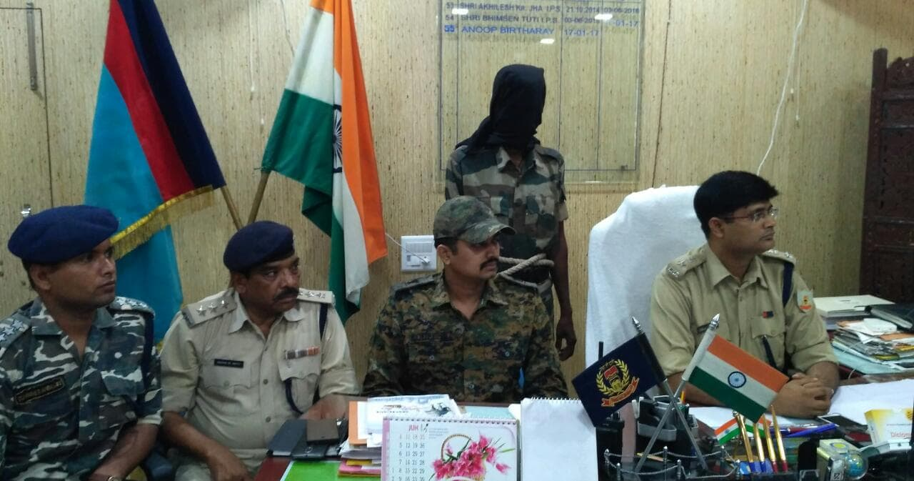 <p>On a tip off,police have arrested Maoist Ravinder Mahto alias Kamlesh Kumar and recovered a country made illegal pistol from his possession in Hazaribagh.</p>