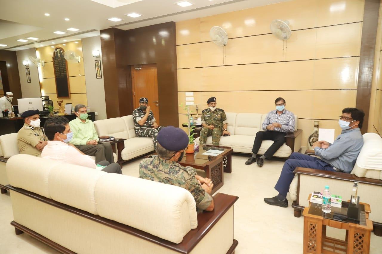 <p>मुख्यमंत्री श्री हेमन्त सोरेन से विशेष सुरक्षा सलाहकार, गृह मंत्रालय श्री के विजय कुमार एवं पुलिस महानिदेशक सीआरपीएफ श्री आनंद प्रकाश माहेश्वरी ने शिष्टाचार मुलाकात की। मुख्यमंत्री…