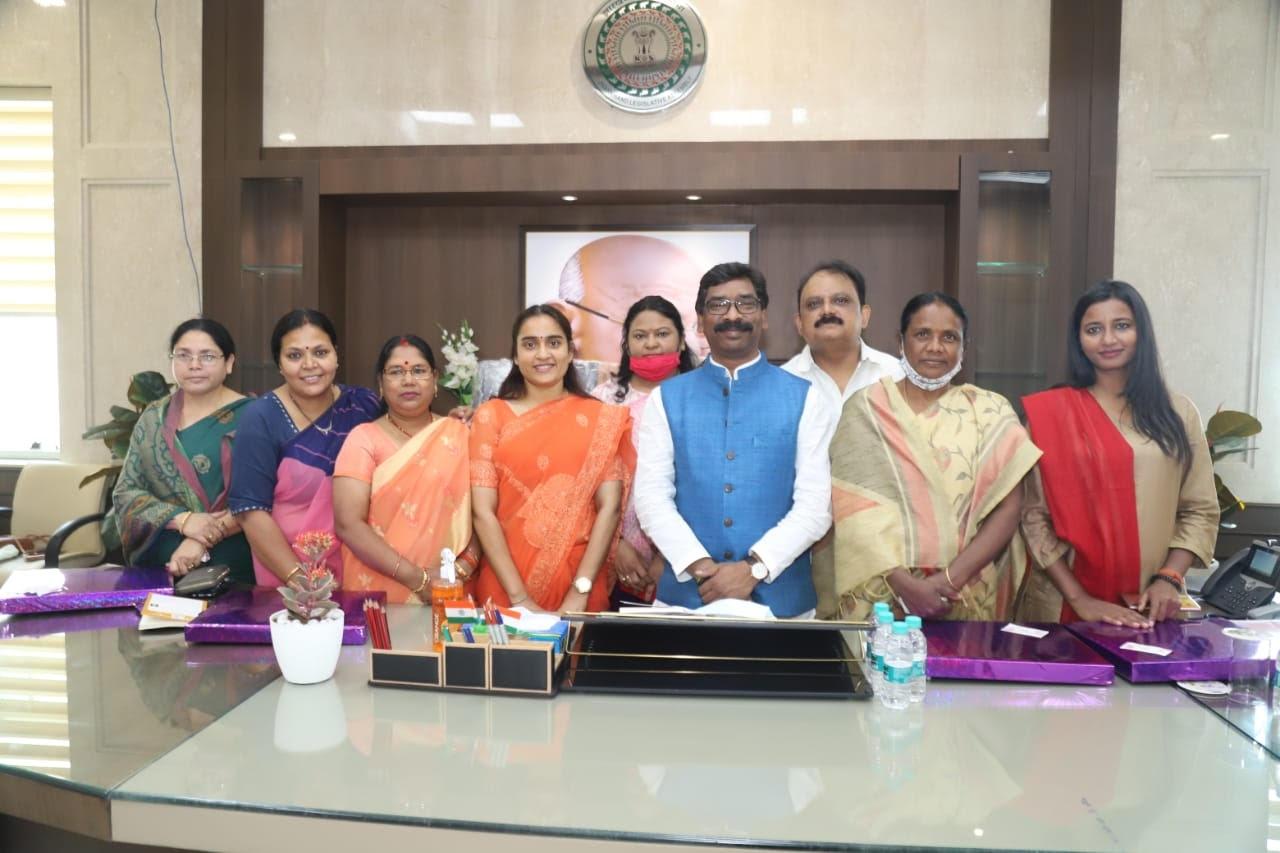 <p>मुख्यमंत्री श्री हेमन्त सोरेन ने अंतर्राष्ट्रीय महिला दिवस के अवसर पर राज्य की महिला विधायकों को महिला दिवस की शुभकामनाएं और बधाई दी। मुख्यमंत्री ने इस मौके पर उन्हें उपहार भेंट…