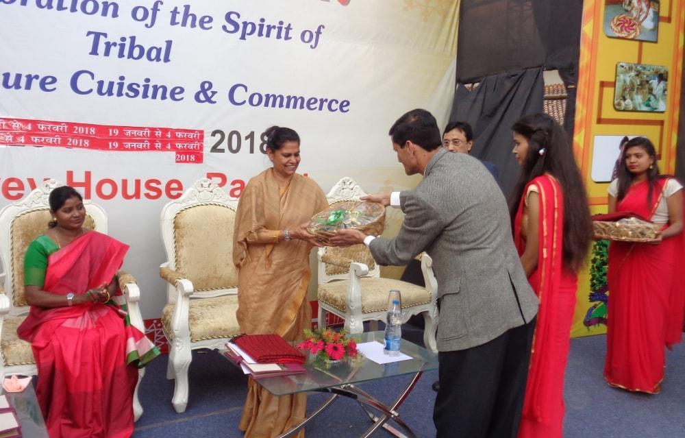 <p>मुख्य सचिव राजबाला वर्मा ने किया आदि महोत्सव के समापन समारोह में लोगों को संबोधित | उन्होंने कहा कि शिल्पकार/कलाकार होना आसान नहीं। कठिन परिस्थितियों में भी हमारी कला संस्कृति को…