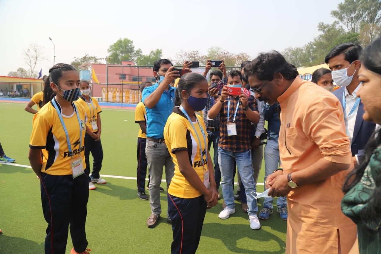 <p>एस एस बालिका उच्च विद्यालय, सिमडेगा स्थित एस्ट्रो टर्फ ग्राउंड, में 11वीं हॉकी इंडिया राष्ट्रीय महिला सब जूनियर हॉकी प्रतियोगिता के उद्घाटन समारोह में मुख्य अतिथि के रूप में मुख्यमंत्री…