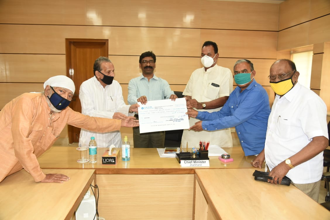 Ex MLAs hand over Rs 5.51 lakh to CM
