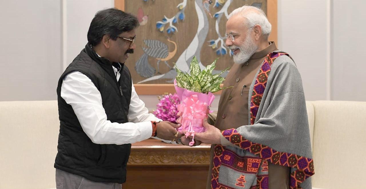 pm-narendra-modi-meets-cm-hemant-soren-shakes-hand-smiles