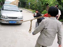 A boy of China pulls car