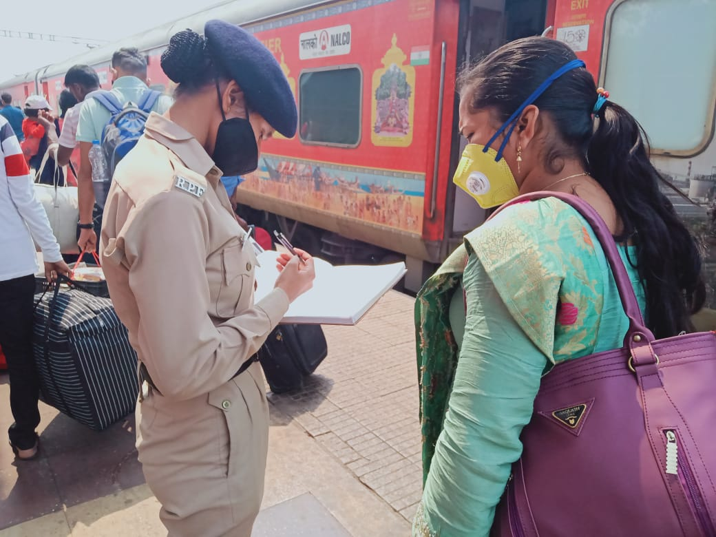 rpf-plays-pro-railway-passengers-role-distributes-cooked-meals-ration-packets