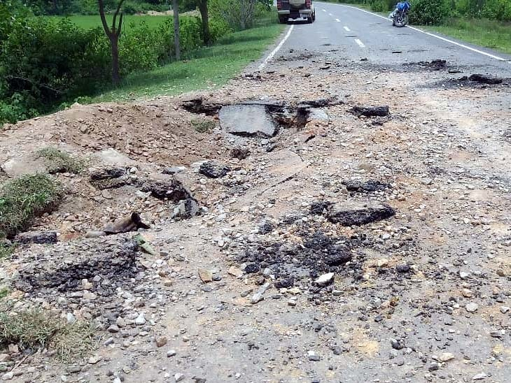 naxals-blast-cylinder-bomb-damage-road-block-traffic-in-tribal-jharkhand