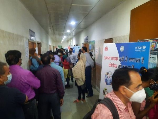 covid-19-vaccination-centre-at-ranchi-sadar-hospital-leaves-senior-citizens-crib