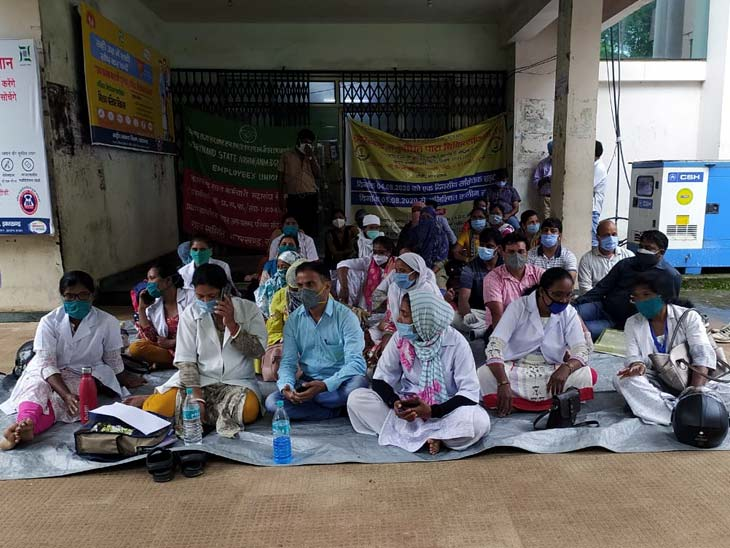 covid-19-test-affected-as-medical-staff-sit-on-dharna-in-jharkhand